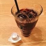 阿吽亭 - アイスコーヒー@100円 100円コーヒーをコンビニで買ってオフィスで飲むか、こちらでそのまままったりするか…後者を選びました。
