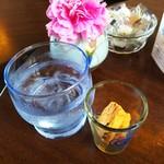 カフェ フロインドリーブ 本店 - 最初にお水とクッキーが♪