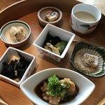 瀬戸内旬菜 棗 - 一の膳  焼き胡麻豆腐、姫っこ地鶏、ひじきの煮物、雪花菜、あさりの酢の物、けんちん焼き、茶碗蒸し。