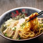 東京油組総本店 銀座組 - アツアツの麺を辛味噌ダレと絡めて