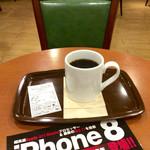 カフェ・ベローチェ - 「ブレンドコーヒー」(Sサイズ200円)。近くにあるauショップの店頭でゲットしたパンフと共に。