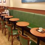 """カフェ・ベローチェ - 店内風景。この写真の右端の席に座って、その後いろいろ""""体験""""した。"""