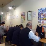 本格さぬきうどん 穂乃香 - 壁際のカウンター席。例によって色紙がベタベタ。