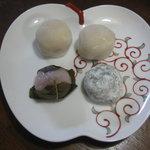 京菓子司 おくやま菓舗 - 2011.4 いちご大福2個・桜餅・草餅