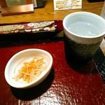 奥芝商店 - その後の食事の消化が良くなるとかで、まずはごぼうと人参のキンピラが出てきます。