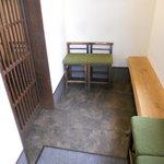 麺屋 燕 - 入口付近の待ちスペース