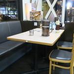 ラーメン横綱 - テーブル席の様子