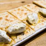 肉バル529 - クラッカーとクリームチーズ