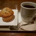 75285118 - バナナナッツマフィン、ブレンドコーヒー
