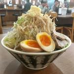 りょう二郎 - 背脂醤油豚骨ラーメン 野菜増し、煮玉子トッピング 正面から〜(*^▽^*)❤️