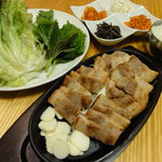 豚方神起 - ボリュームたっぷりのサムギョッサル定食