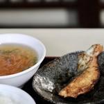 中華料理 凡 - シャケの切り身とスープ