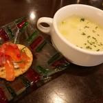 75291189 - 自家製スモークサーモンとチーズのカナッペ、とろみの効いたじゃが芋のスープ
