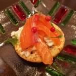 75291194 - 旨味の強いサーモンにディルやピンクペッパーが華やか、まろやかなチーズが合う!