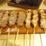 松尾一〇一 - モモ」「ササミ」「ムネ」「セセリ」(すべて2本で350円)を塩で