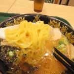 那の福 - 麺は福岡のラーメンにはしては珍しいやや縮れのある麺が使われてました。