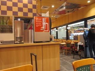 那の福 福岡空港国際線ターミナル店 - お店は食券を渡すと水や食事の受け取り、返却は自分で行うセルフ方式になってました。  お客様は海外からの方が多いみたいでした。