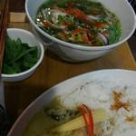 PHO CHAN - カレーセットのチキンフォー(香菜増量)880円(税込)別皿提供の野菜と香菜は、スープが熱いうちにドボンしましょう(* ̄∇ ̄)ノ