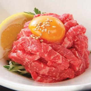 生切りの和牛カルビや贅沢にタンが味わえる逸品、和牛ユッケも◎
