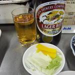 前島食堂 - 瓶ビールとお通しかライスに付いているのお新香
