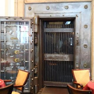 銀行の象徴的な存在であった金庫室をワインセラーに