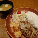 びっくりドンキー - 料理写真:ハンバーグ&若鶏しょうゆ香り揚げディッシュ(915円)