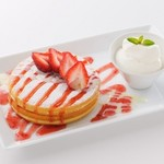 ミルク&パフェ よつ葉ホワイトコージ - 練乳いちごのパンケーキ  980円