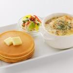 ミルク&パフェ よつ葉ホワイトコージ - 贅沢仕立てのオニオングラタンスープ パンケーキ添え      980円