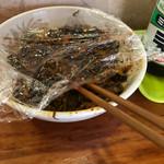 元祖ぴかいち - 卓上の辛子高菜。酸味が強いタイプ結構辛い。
