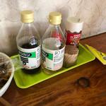 元祖ぴかいち - 卓上の調味料たち、コショウが陰に。