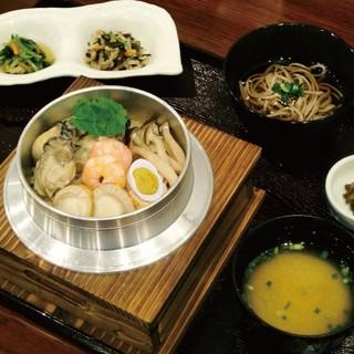 季節のおすすめ!牡蠣五目釜飯1,500円+税