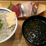 築地食堂 源ちゃん - しらす丼と刺身のセット。