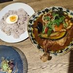 ポニピリカ - 「皮がパリッとしたチキンと野菜のカレー」海老のスープ 中辛 1,400円