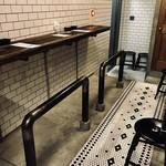 ステーキ センダガヤ - ポールに座ってお食事がCOOL