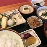 甲らく屋 - 料理写真:サンマ塩焼とまぐろ山かけ定食