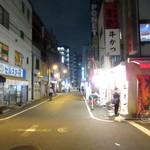 刀削麺荘 唐家 - 夜のジャンク通り