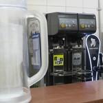 餃子の王将 - 生ビールやチューハイを注ぐ機械が導入されていました