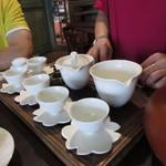 Jioufen Teahouse - 選んだお茶は目の前で実演しながらお店の方がつくり方を教えてくれます