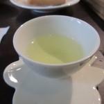 Jioufen Teahouse - お茶が出来あがると先ずは最初の一杯をいただきます。