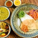 辺銀食堂 - スリランカカレー(2種) 石垣黒鶏とレンズ豆のカレー