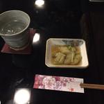 阿波の酒場 曉 - お通し(茄子の煮浸し)、焼酎ロック(黒眉山)480円