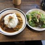 エスデミック カフェ - 二種のカレーランチ900円。ミニコーヒー付。