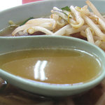永楽 - スープは、食堂系にありがちな家庭的甘さがなく、クッキリスッキリでドライな鶏ガラ醤油です。