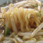 永楽 - 麺は、中華そばってカンジの、コシがある中太ちぢれ麺。
