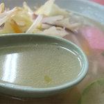 永楽 - スープは直球ストレートの鶏塩です。甘味・雑味がなく、クリアな旨みが口の中に広がります。