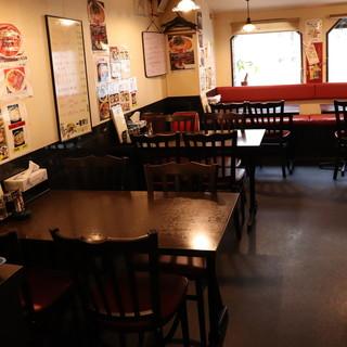 全25席の店内は、昭和チックな落ち着く空間。貸切もOKです◎