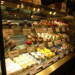 シェ・ピニョン - 400円前後の価格帯の見栄えするケーキがずらり!