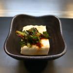 広島焼き鉄板 膳 - お通しのニラキムチ冷奴