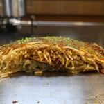 広島焼き鉄板 膳 - そば肉玉断面アップ
