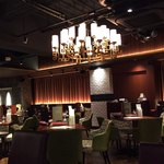 イタリアン&グリル アクア イルフォルノ - 店内はシックでラグジュアリーな空間